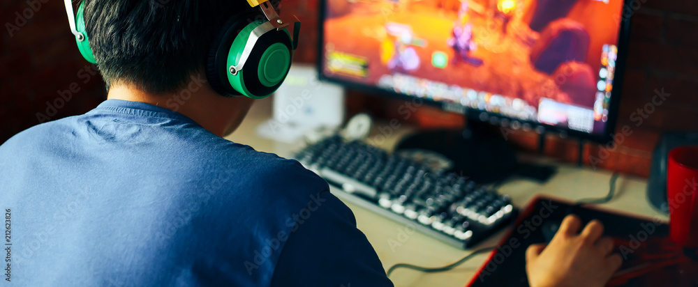 Fototapety, obrazy: young man playing game on computer, banner