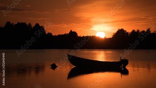 Fototapeta Zachód słońca nad wodą, łódka, jezioro obraz