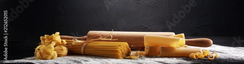 Fotografia Various mix of pasta on grey rustic background
