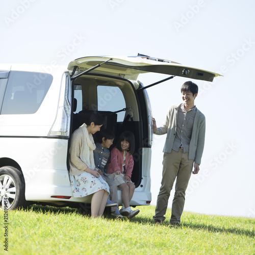 車の荷台に座り談笑をする家族