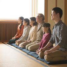 和室で正座をする3世代家族