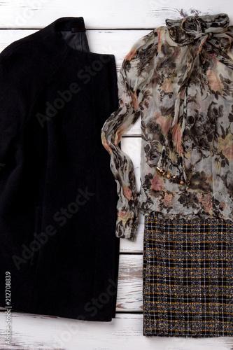 Poster  Damenbluse und schwarze Kaschmirjacke