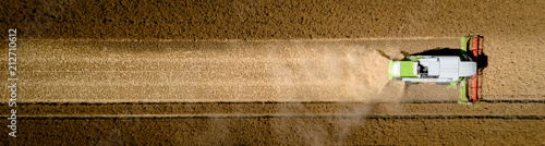 Foto Luftbild - Banner, Mähdrescher aus der Luft beim Dreschen