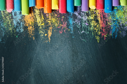 Foto Colorful crayons on the blackboard, drawing