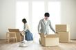 引越しの荷物の整理をする夫婦