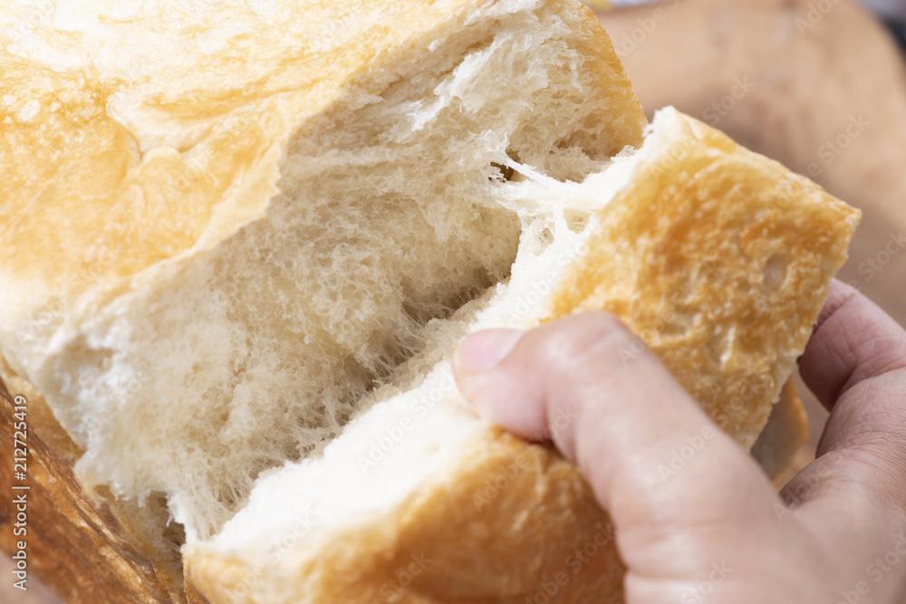 ふわふわな食パンをちぎる