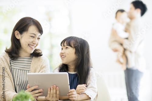 タブレットPCを見る親子