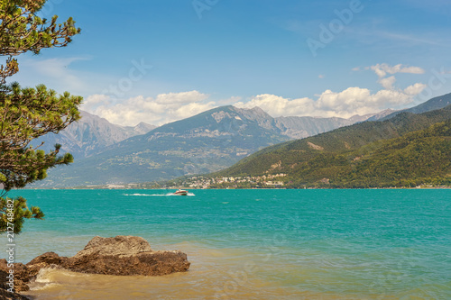 In de dag Alpen .The artificial lake Serre-Poncon in the French Alps. The lake water is used for irrigation of agricultural fields. It is a popular tourist destination.