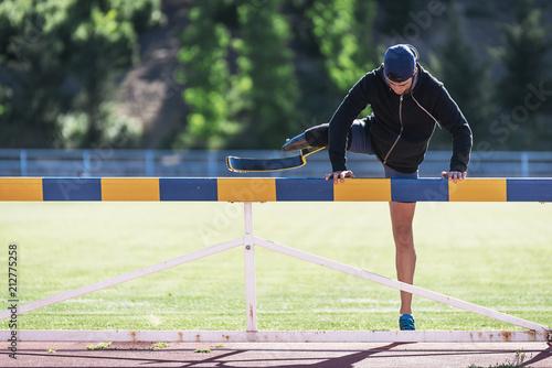 Photo Disabled man athlete training with leg prosthesis.