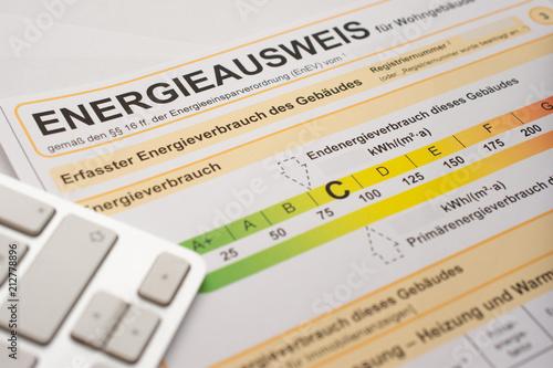 Fotografía  Energieausweis zum Stromverbrauch um Strom zu sparen