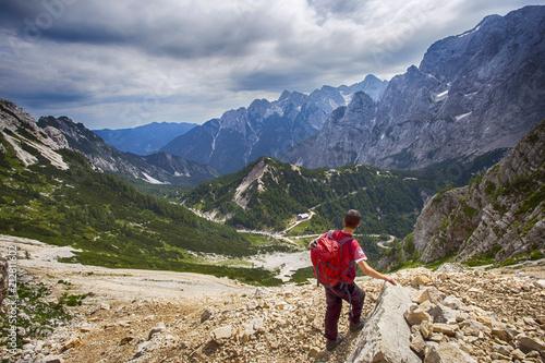 In de dag Alpen Hiker in Julian Alps, Slovenia