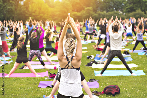 Foto op Aluminium Ontspanning big group of adults attending a yoga class outside in park