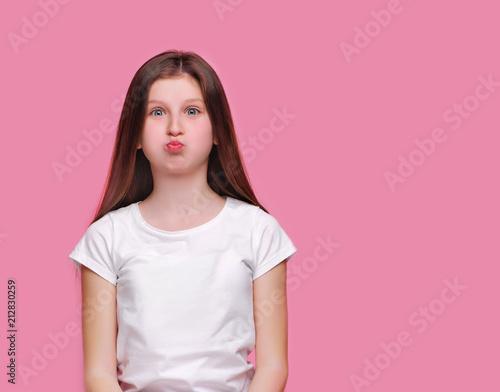 Fotografía Teen brunette girl puffing out her cheeks