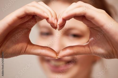 Foto op Aluminium Hoogte schaal Hände formen Herz als Zeichen der Liebe