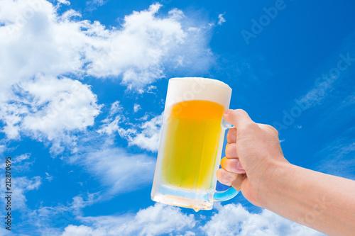 Deurstickers Bier / Cider 青空と生ビール