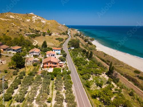 Vista aerea di capo Spartivento a Spropoli in Calabria con la meravigliosa costa e il mare blu