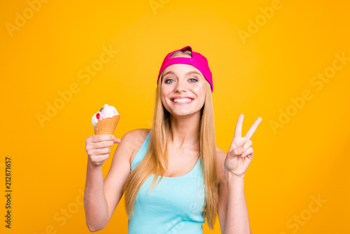 Fotografía  Portrait of young woman with blond hair, big blue eyes and toothy beaming smile