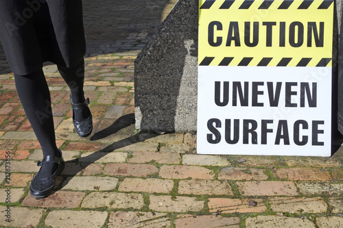 Fotografía  Caution - Uneven Surface Sign