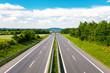 Leere Autobahn durch grüner Landschaft