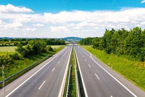Leere Autobahn durch grüner Landschaft Canvas Print