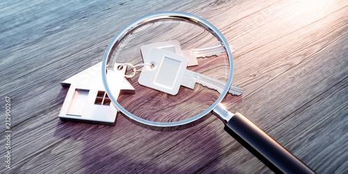 Haus-Schlüssel mit Anhänger und Lupe