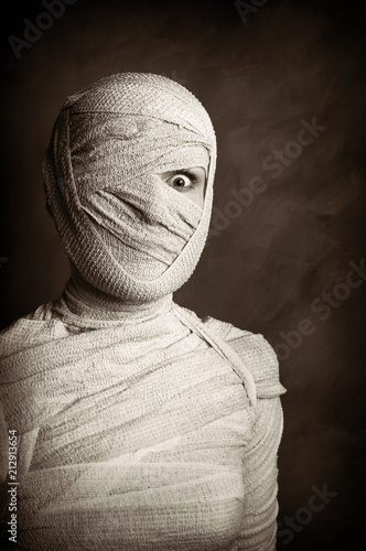 Photo female mummy retro style