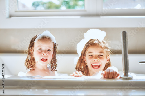 Photo children are bathing in a bath