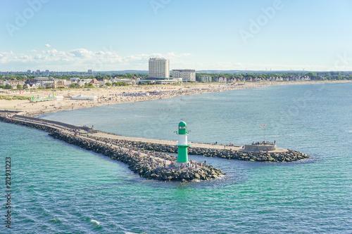 Foto auf AluDibond Stadt am Wasser Warnemünde Mole und Strand