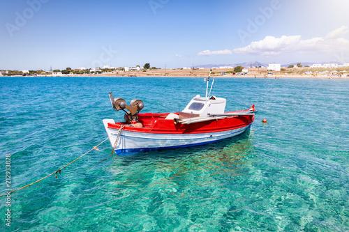 Traditionelles, griechisches Fischerboot über türkisem Wasser der Kykladen, Paros, Griechenland