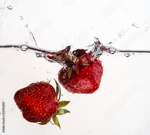 Fototapeta kuchenna owoce w wodzie   dwie-truskawki