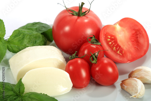 Fototapeta Mozzarella, pomidor, czosnek i bazylia na białym tle. obraz