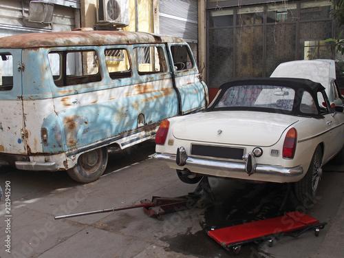 Aluminium Prints Old cars Oldtimer-Werkstatt