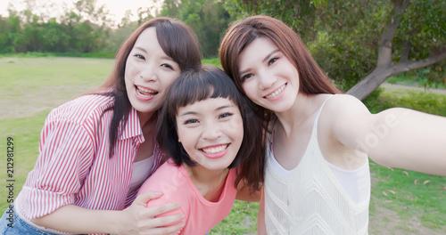 Fototapeta three bestie selfie happily