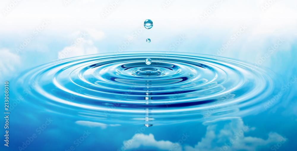 Fototapeta Wassertropfen und Wellen mit blauer Spiegelung von Wolken