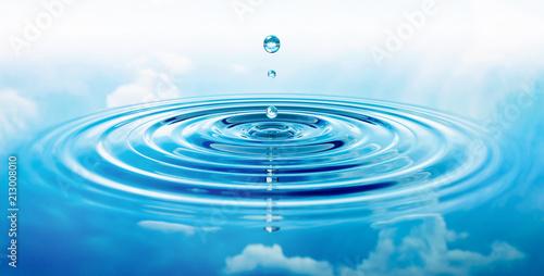 Fototapeta Wassertropfen und Wellen mit blauer Spiegelung von Wolken obraz
