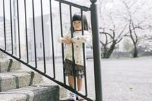 柵につかまって不機嫌そうな女の子
