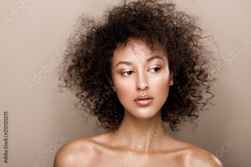 Fashion studio portrait of beautiful african american woman with perfect smooth Fototapet
