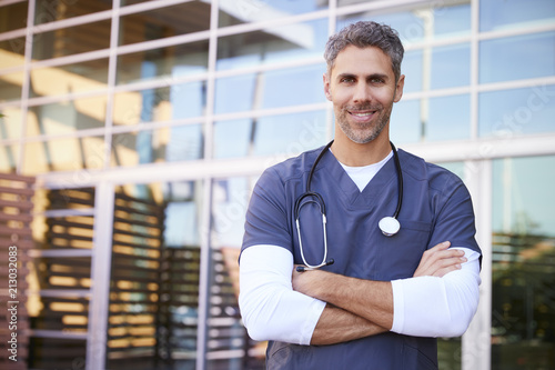 Fotografía  Middle aged white male healthcare worker outdoors, portrait