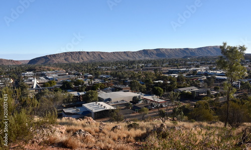 Foto op Plexiglas Oceanië View from ANZAC Hill Alice Springs Northern Territory Australia. Views over the town and surrounds including Heavitree Gap and the MacDonnell Ranges.