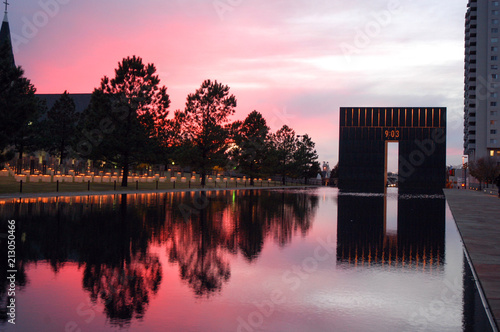 Fotografia Sunset over Oklahoma City memorial