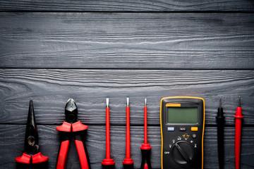Narzędzia elektryczne na czarnym tle drewniane