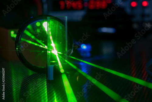 Fotografering Experiment in photonic laboratory with laser