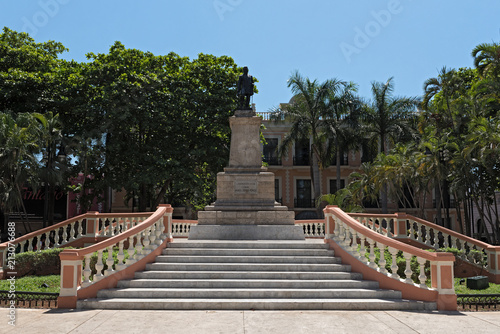 Foto op Plexiglas Historisch mon. The statue of General Cepeda Peraza in the park Hidalgo, Merida, Mexico