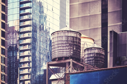 In de dag New York City Water tanks on a roof, one of the New York City symbols, color toned picture, USA.