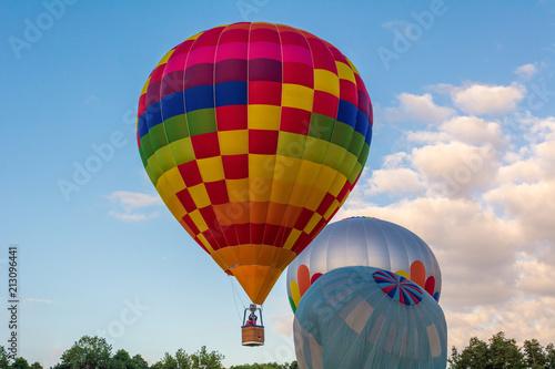 Foto op Plexiglas Luchtsport Hot air balloon under blue sky.