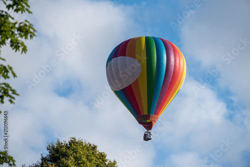 Foto op Aluminium Luchtsport Hot air balloon under blue sky.