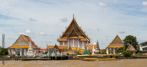 Spoed Foto op Canvas Bedehuis The temple on the river