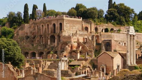 Valokuva  Blick über das Forum Romanum zum Hügel Palatin mit den Grundmauern des Kaiserpal