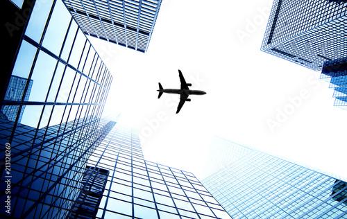 In de dag New York City Airplane flying over New York City skyscrapers