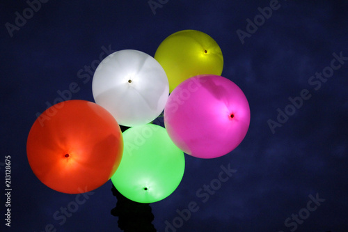 LED-Luftballons in der Nacht